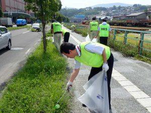 ゴミ拾いするHRS職員