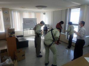 フルハーネスの着用練習をする従業員